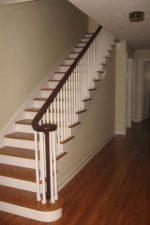 Лестница деревянная в частном доме – видео-инструкция по монтажу своими руками, чем красить, обработать, как рассчитать, какую краску выбрать, фото и цена